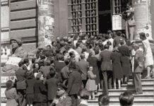 Italiani in fila davanti a un seggio il 2 giugno 1946