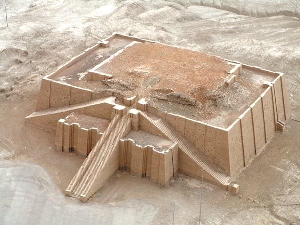 La ziqqurat di Ur, così come appare oggi. Le ziqqurat erano costruite con file di mattoni crudi alternati a strati di canne, per dare elasticità a una struttura incredibilmente solida; dopo migliaia di anni molte ziqqurat si elevano ancora nella pianura mesopotamica.