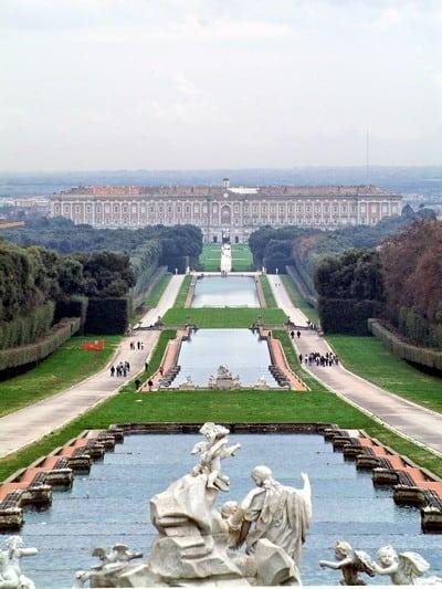 Veduta aerea del parco e delle fontane della Reggia di Caserta.