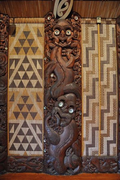 Scultura in legno: rappresenta un gruppo tribale maori.