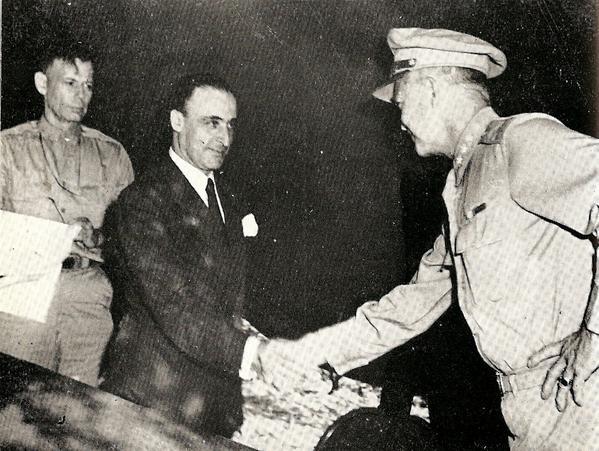 8 settembre 1943: il generale Giuseppe Castellano (in borghese) stringe la mano al generale Eisenhower dopo la firma dell'armistizio.