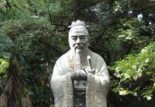 La grande scultura di Confucio presso il tempio di Yushima Seido, Tokio (Giappone)
