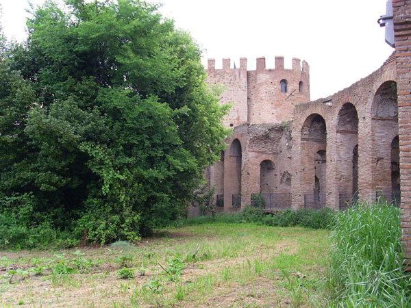 Tratto di Mura Aureliane vicino Porta San Sebastiano: è visibile il camminamento che permetteva ai soldati di spostarsi rimanendo protetti all'interno delle mura.