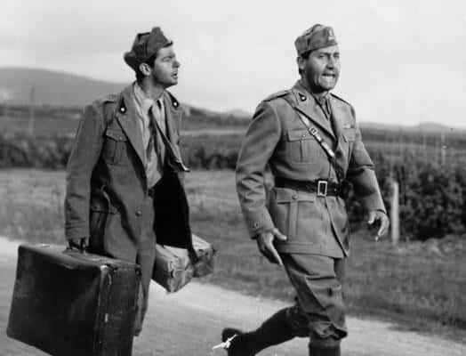 """Serge Reggiani e Alberto Sordi in una significativa scena del film (1960) """"Tutti a casa""""."""