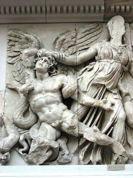 """""""Atena atterra il gigante Alcioneo"""", dal Grande fregio dell'Altare di Pergamo, Berlino, Pergamonmuseum"""