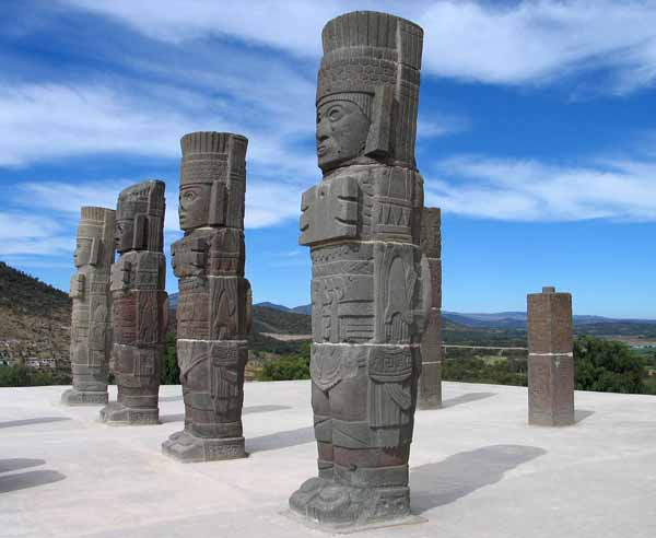 Gli Atlanti posti sulla sommità della Piramide B di Tula in Messico.