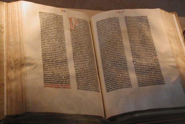 """Un immagine della """"Bibbia di Gutenberg"""" conservato presso la Biblioteca del Congresso degli Stati Uniti."""