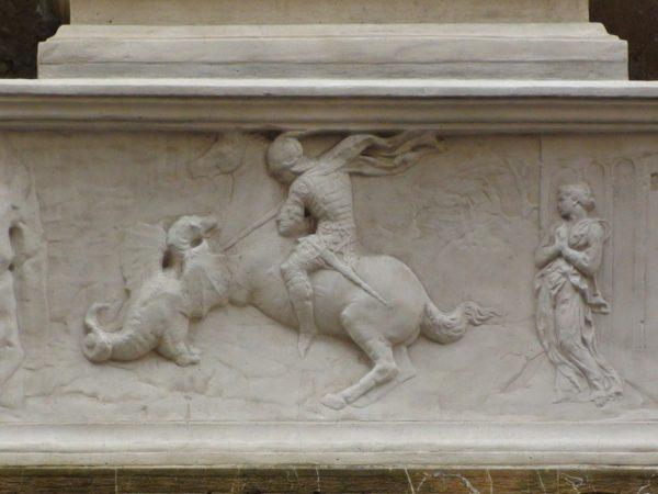 Basamento del San Giorgio di Donatello.