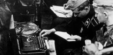 Tedeschi che utilizzano Enigma per l'invio di messaggi cifrati