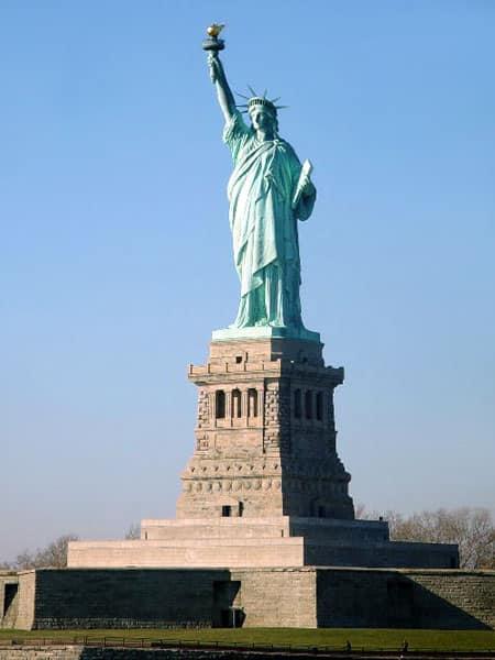 Statua della Libertà all'entrata del porto del fiume Hudson