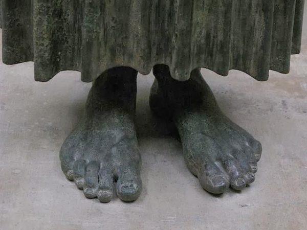 auriga di delfi, particolare dei piedi
