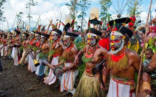Animismo - Gruppo di danzatori a Papua Nuova Guinea durante una celebrazione animista