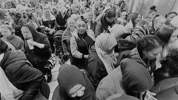 Persone in fila per le promozioni del black friday